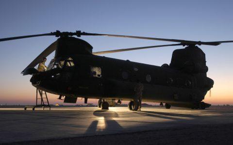 Irak, Tallil, Tallil Air Base, Flightline, 7 oktober 2003. De technische dienst is minstens een uur voor take off aanwezig om de chinook te controleren. Ook maken ze de ramen schoon zodat men tijdens de vlucht maximaal zicht heeft.